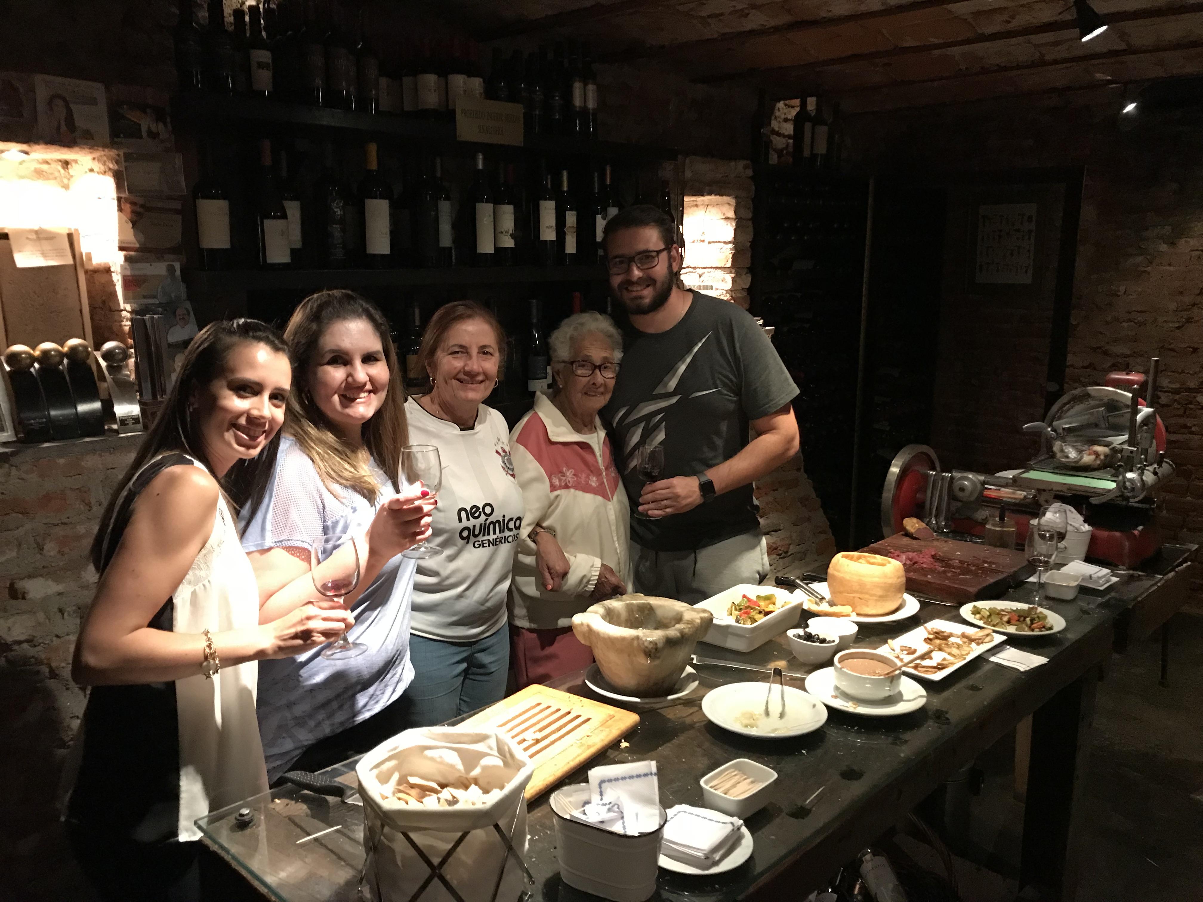 Eu e minha familia na Cava do Restaurante San Honorato