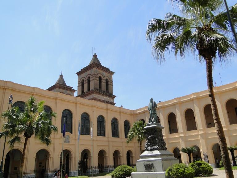 Patio_principal_del_Rectorado_de_la_Universidad_Nacional_de_Córdoba